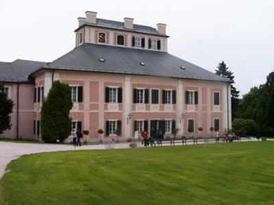 Ubytovací areál Čapkův statek   Zajímavosti v okolí   Zámek Ratibořice a Babiččino údolí
